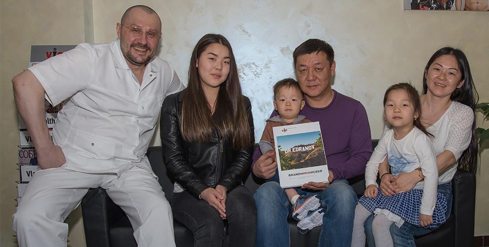 Очередной экземпляр эксклюзивной книги BRAND ИМЕНИ СЕБЯ доктор Едранов вручил семье Пак