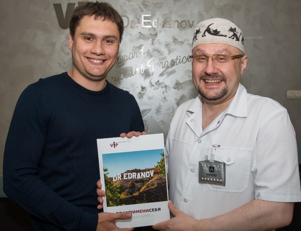 Сергей Едранов подарил номер эксклюзивного юбилейного издания BRAND ИМЕНИ Олегу Захаркину