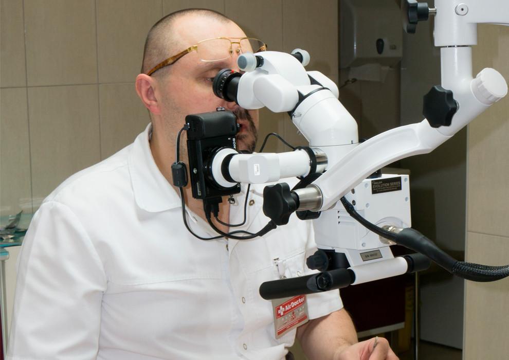 Доктор Едранов тестирует новый материал для выполнения микрошва