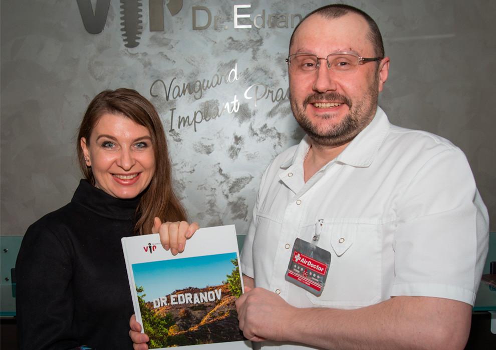 Доктор Едранов встретился с кандидатом медицинских наук Светланой Милехиной и вручил подарочную книгу BRAND ИМЕНИ СЕБЯ