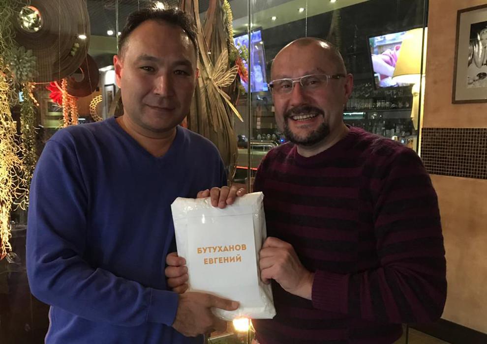 Сергей Сергеевич вручил приз победителю розыгрыша в рамках Практической Конференции Имплантологов