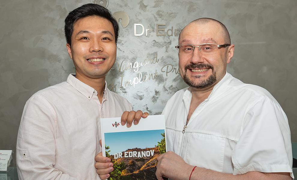 Доктор Едранов вручил Ли Чанг Вон именную книгу BRANDИМЕНИСЕБЯ под номером №337.